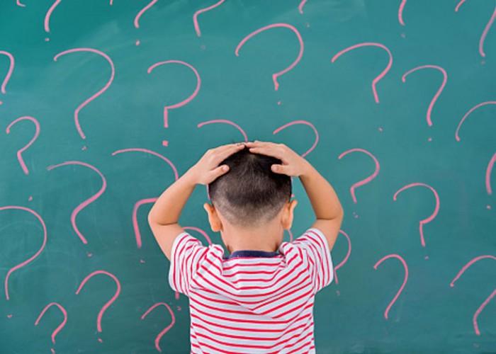 Gittikçe artan sayıda çalışma, disleksinin nörobiyolojik temelini araştırmayı hedeflemiş ve disleksik okuyucularda beyin ağlarının atipik gelişimini destekleyen kanıtlar sağlamıştır. Çoğu çalışma, daha önce okuma ile ilişkili belirli beyin bölgelerine odaklanmıştır. Nöroanatomi ile ilgili olarak, birkaç çalışma, disleksiklerin okuma ağının anatomik temelini oluşturan ana beyaz cevher yolları boyunca bozulmuş yapısal bağlantı ve işitsel işleme için anahtar alanlarda asimetriler gösterebileceğini ileri sürmüştür. Fonksiyonel manyetik rezonans (fMRI) çalışmalarından elde edilen kanıtlar, spesifik beyin sistemlerinin beyin aktivasyonlarında farklılıklar göstermektedir. Disleksikler, kelime tanıma, işitsel kortekste fonolojik işlem ve çok duyusal bölgelerde grafem ve fonemlerin entegrasyonu için görsel alanların anormal uzmanlaşmasını sergiliyor gibi görünmektedir. Birkaç çalışma, bir harf ve bir sesin eşleşip eşleşmediğini anlamanın çok temel sinirsel sürecinin, yıllarca okumaya maruz kaldıktan sonra bile yetişkin disleksiklerde sapkın kalabileceğini ve bu nedenle çok fazla öğrenildiğini ortaya koydu ve atipik argümanı daha da desteklemiştir. (Shaywitz,2008)